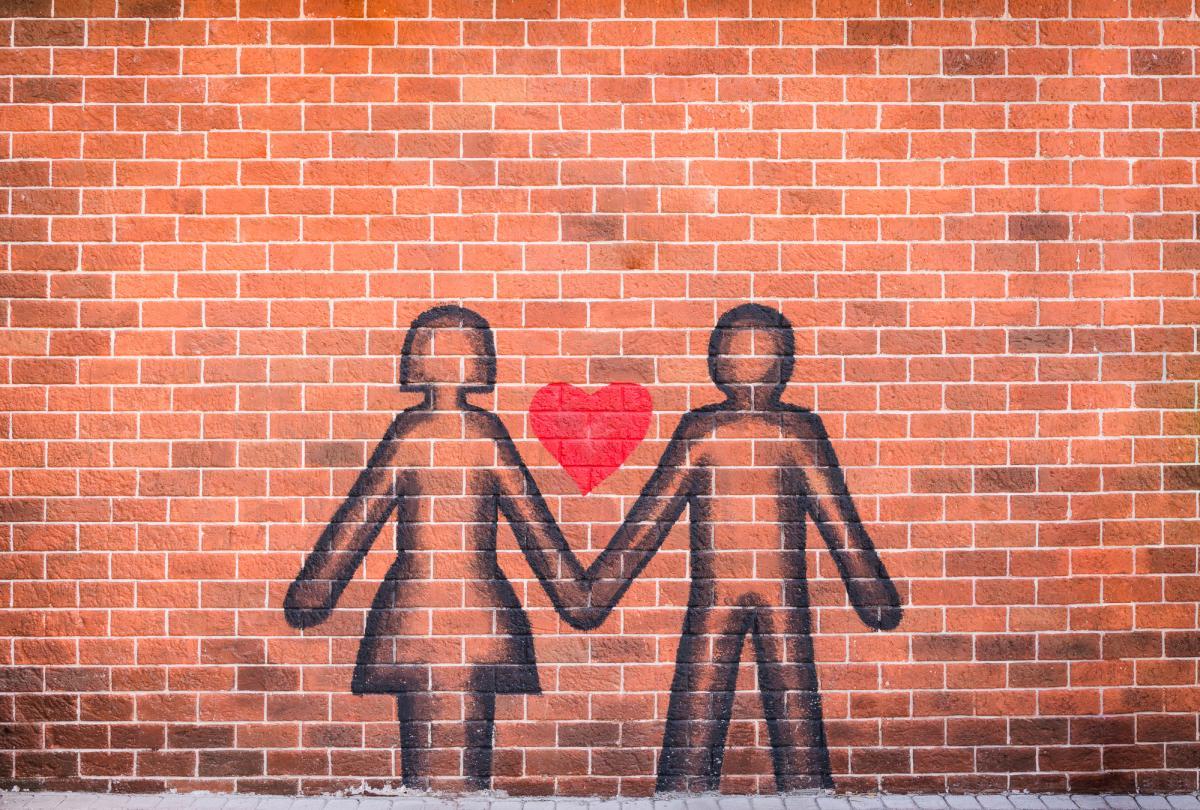 Британские медики на время пандемии COVID-19 посоветовали заниматься сексом через дырку в стене