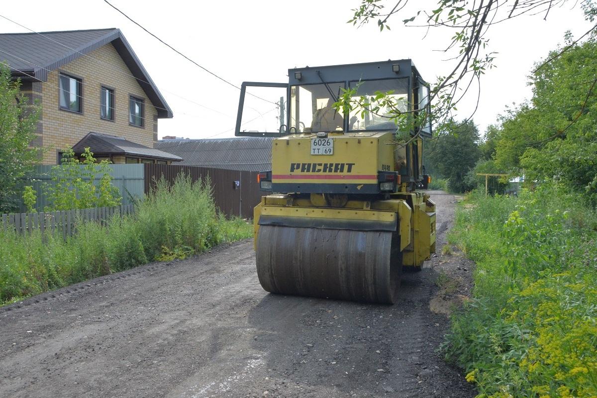 В Твери укрепляют улицы с грунтовым покрытием