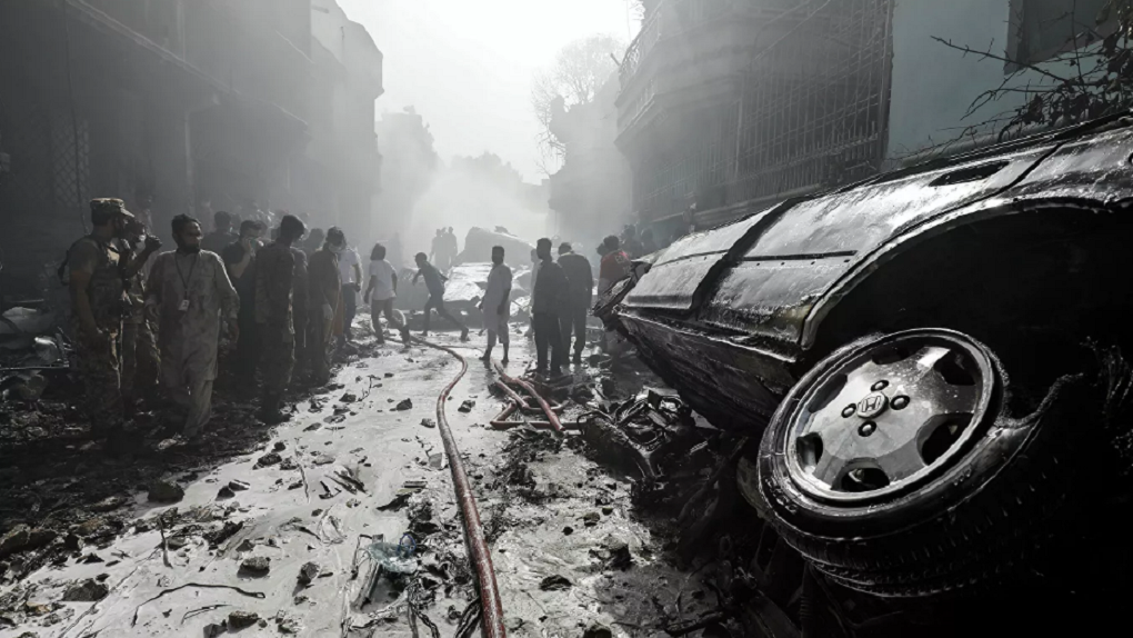 В Пакистане пассажирский самолет упал на жилые дома. Главное
