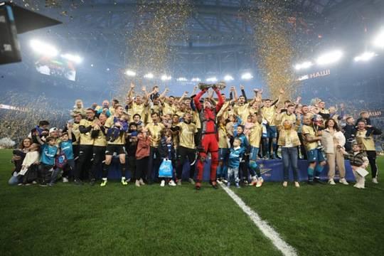 «Зенит» в третий раз подряд стал победителем РПЛ, но некрасиво обошелся с болельщиками «Локомотива»