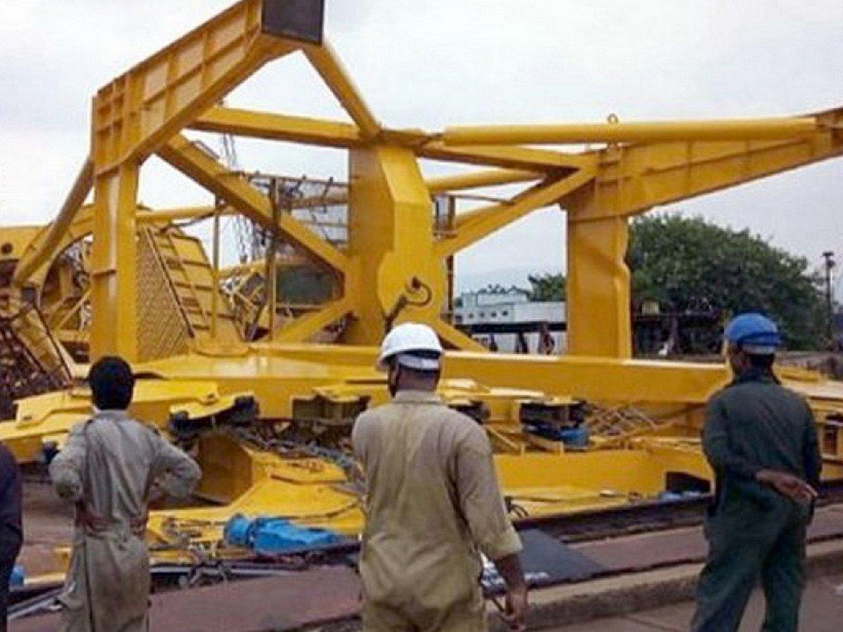 В Индии при обрушении крана на судоверфи погибли люди