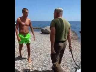 Охранник с нагайкой гонялся за отдыхающими на пляже в Ялте. Видео