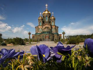 Шойгу принял участие в праздничном молебне в Главном храме ВС России