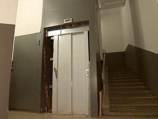 Застрявший лифт рухнул вниз с не успевшей выбраться женщиной