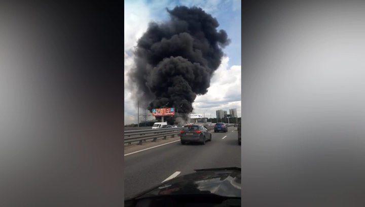 Сильный пожар вспыхнул в ангаре под Красногорском
