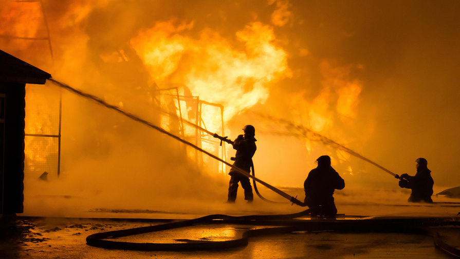 Цех по производству дроби горит в Волгограде на площади 1,8 тыс. кв. метров