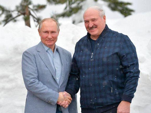Путин с Лукашенко покатались на лыжах и пересели на снегоходы (видео)