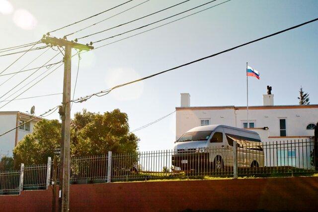 Около 700 россиян застряли в Новой Зеландии с просроченными паспортами. Новые документы могут привезти только дипкурьеры, которые перестали летать в страну больше года назад