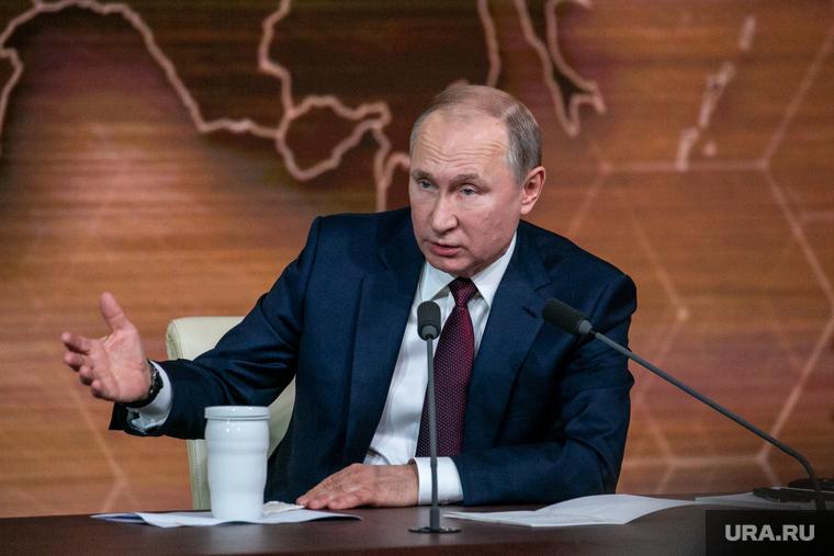В Кремле объяснили, почему Путин голосовал без маски и перчаток