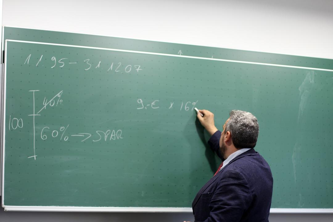 Российские учителя решили работать на пенсии из-за бедности